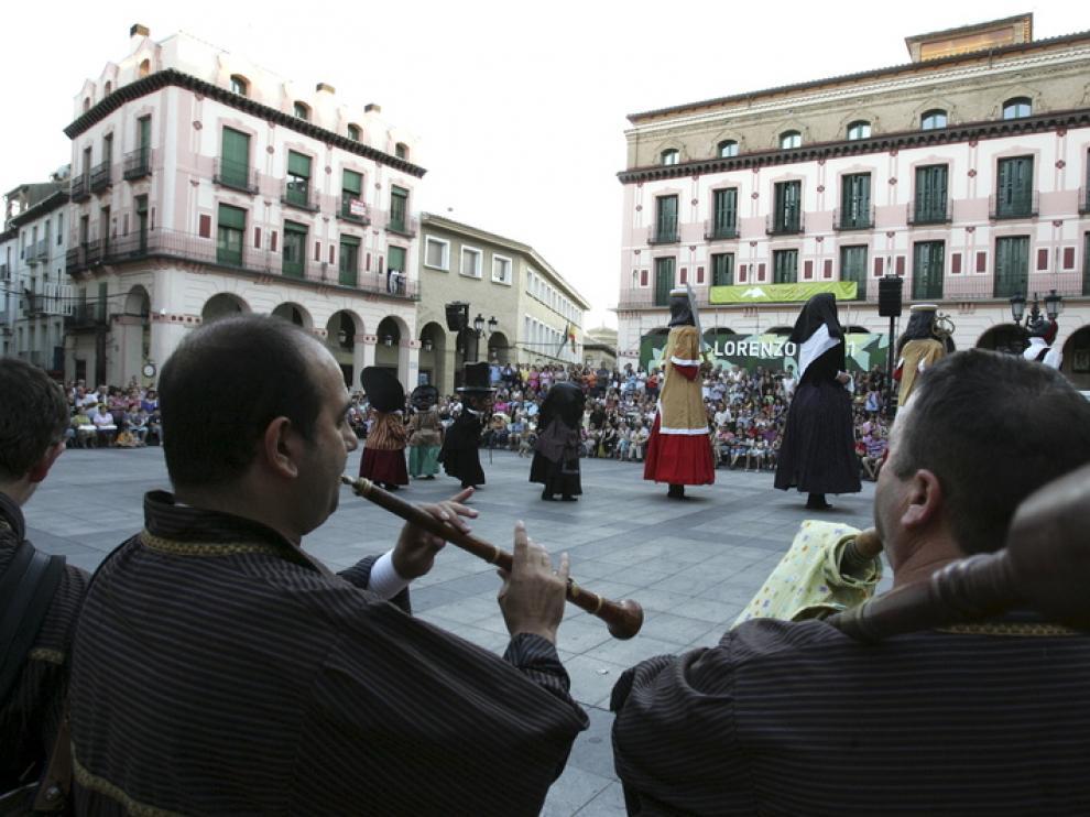 Las figuras danzan el baile de 'San Vicente' al son de las gaitas.