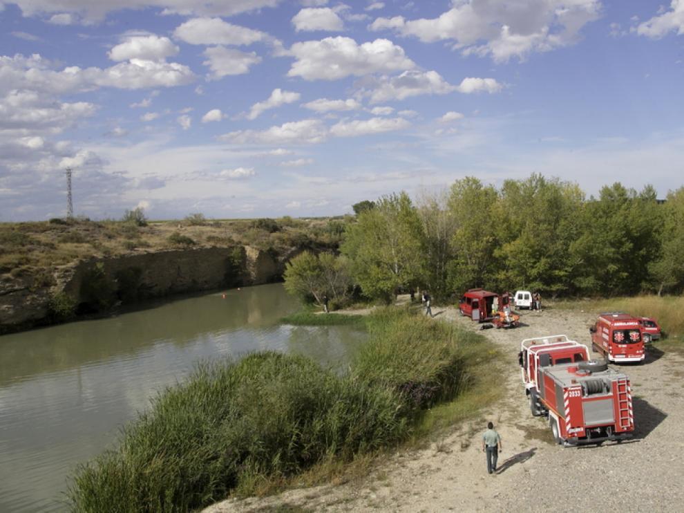 Los bomberos rastrean el lugar donde se ahogó el jóven