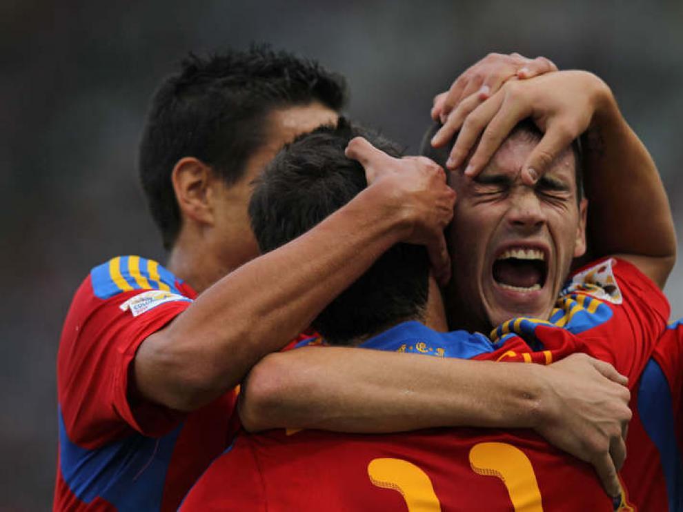 Los jugadores de la selección sub-20  celebran un gol