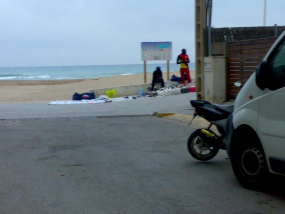 La Costa Dorada inicia la campaña «tiremos de la manta» para frenar la venta ilegal