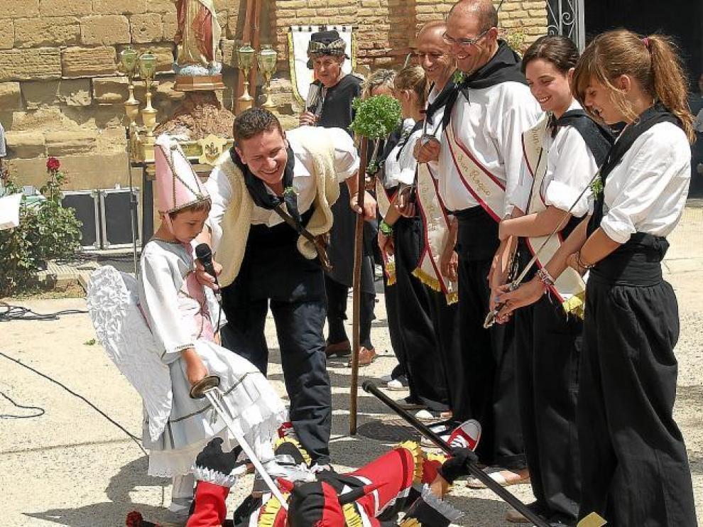 El ángel da muerte al diablo en la representación de la lucha entre turcos y cristianos, en las fiestas de Pallaruelo de Monegros.