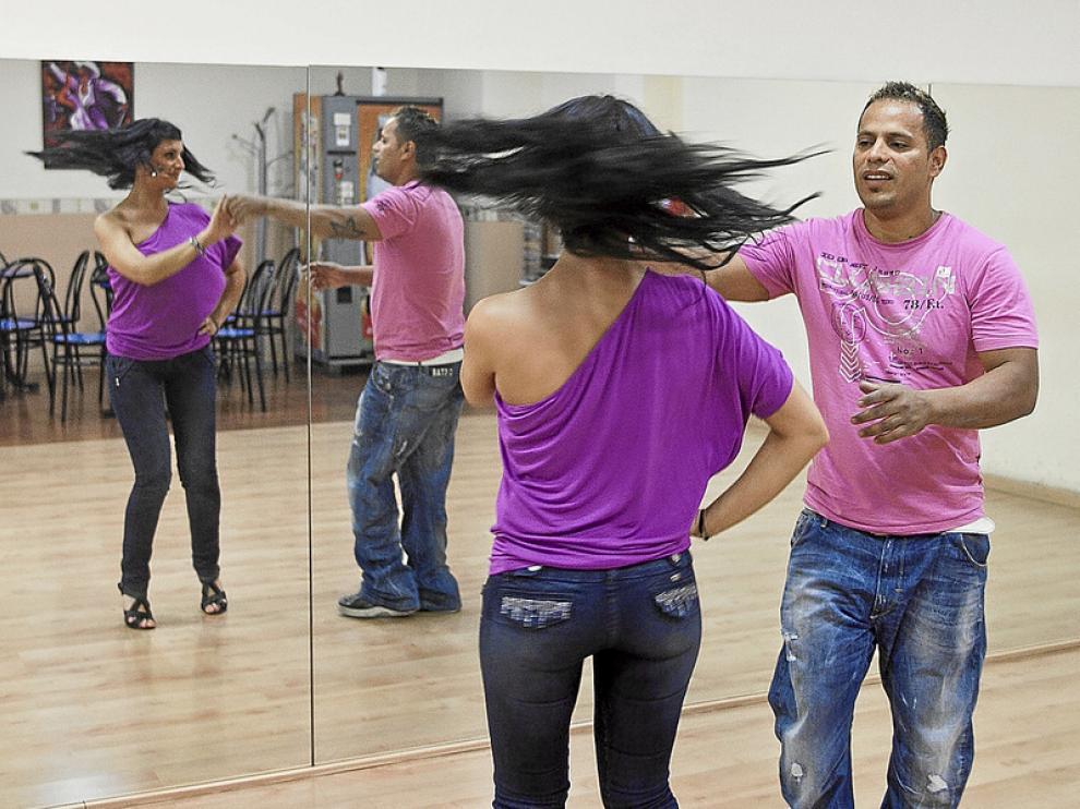 Pilar Campos y Albeiro Marín, profesores de la Asociación Aragonesa de Bailes de Salón