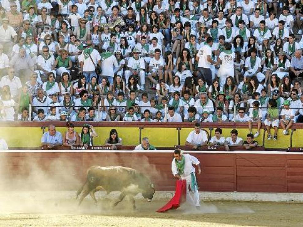 Javier Rico cuajó una extraordinaria actuación en la becerrada de las peñas.