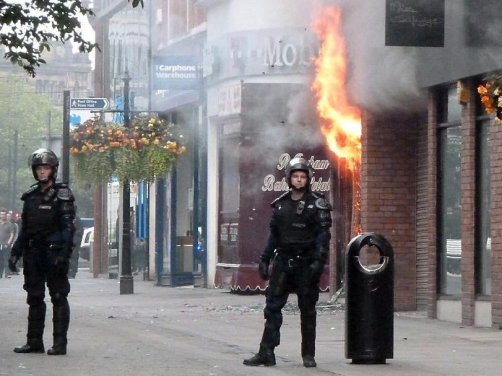 Varios agentes patrullan las calles de Manchester.