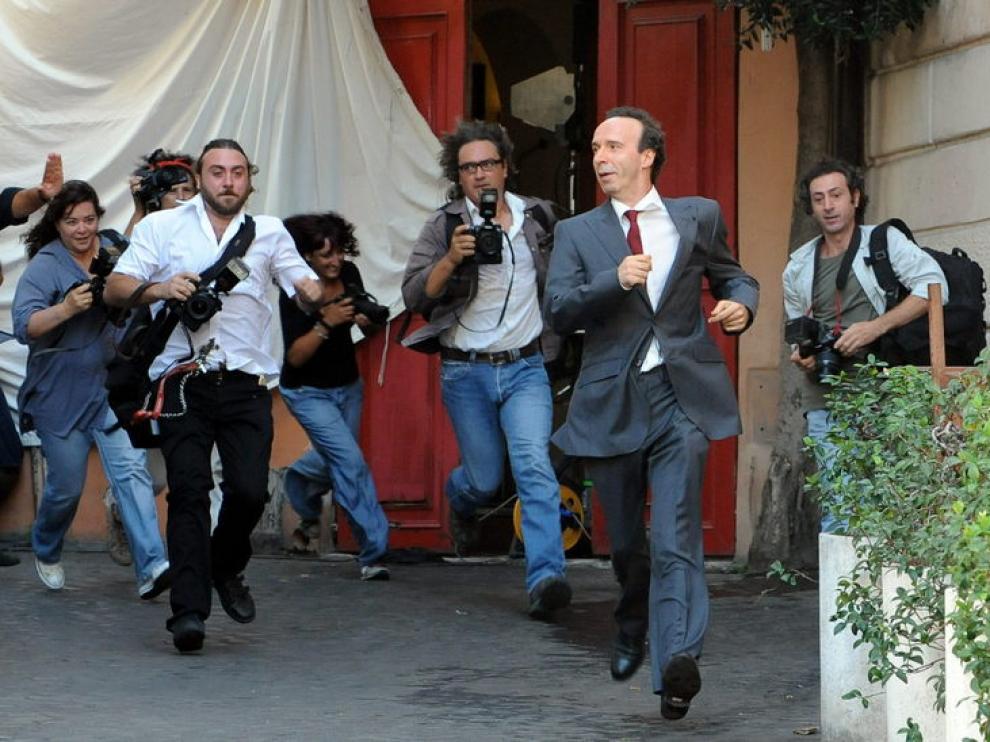 Roberto Begnini durante el rodaje, perseguido por numerosos paparazzi