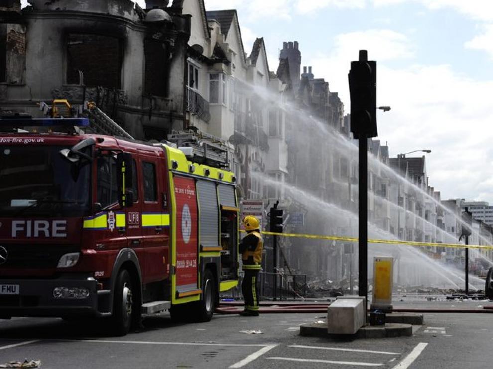 Lso bomberos luchan por extinguir el fuego propiciado por los manifestantes