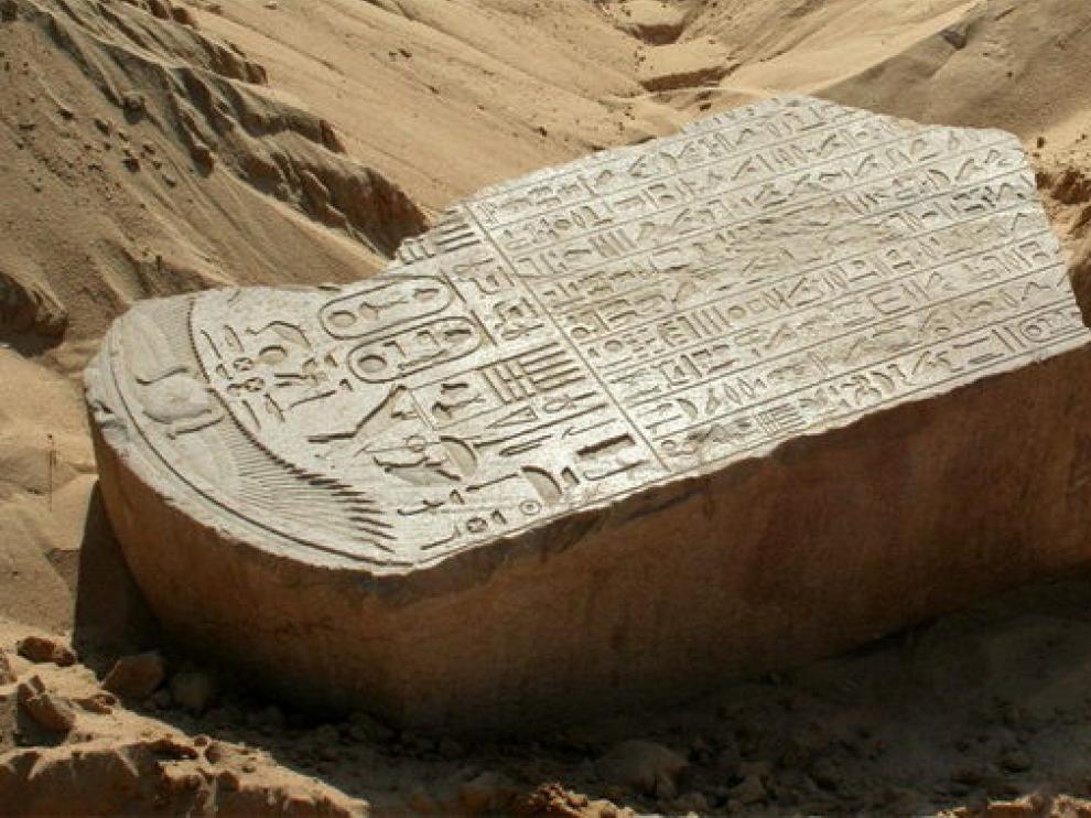 Estela de arenisca roja encontrada cerca de El Cairo