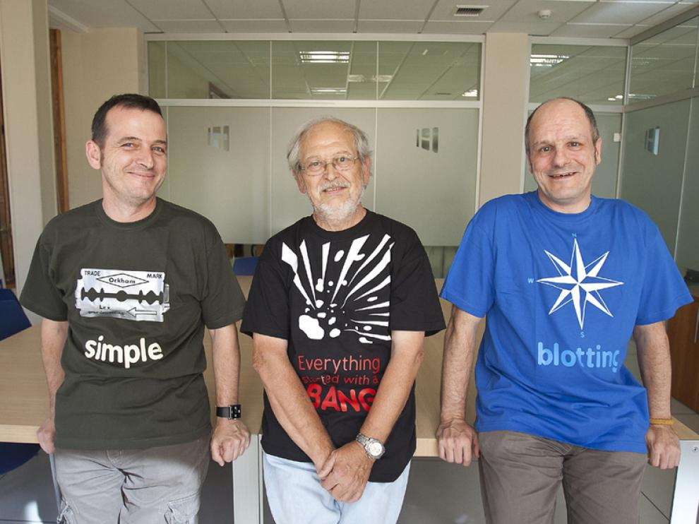Héctor, Carlos y José María ( de izquierda a derecha) acudieron a recoger sus camisetas a Heraldo