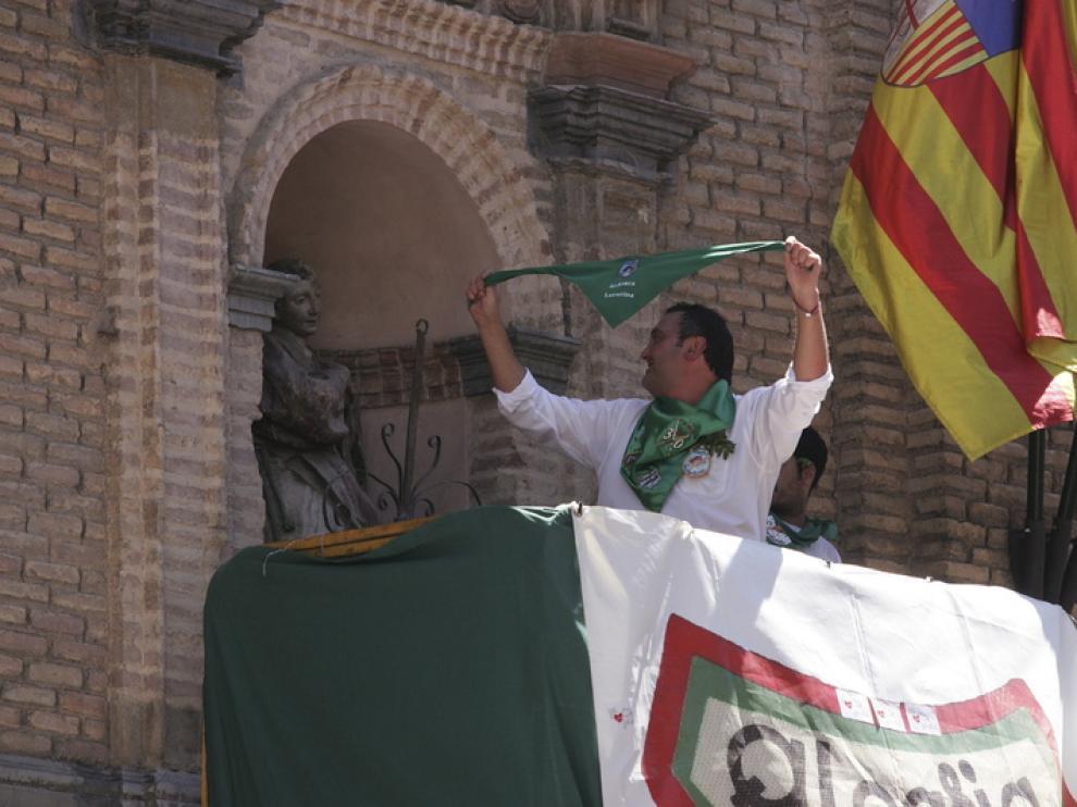 Ramón Losfablos, de la peña Laurentina coloca la pañoleta al busto de San Lorenzo