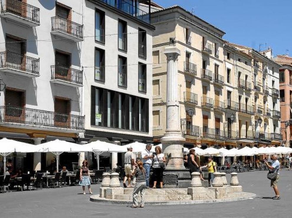 Un grupo de turistas se hace fotos en el centro de Teruel.