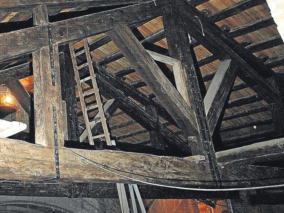 Detalle de una de las grandes armaduras de madera de abeto en el espacio entre la cúpula central y la de la Virgen. Arriba, vista de la bóveda que cubre ambas cúpulas