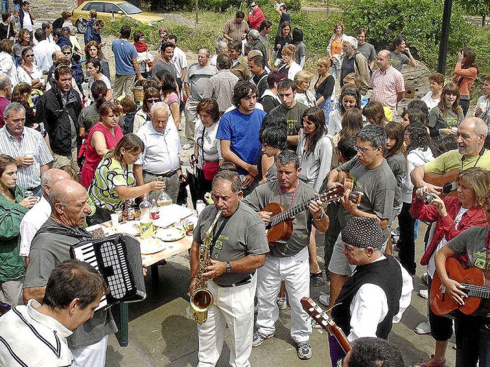 La ronda de la bandeja es uno de los actos más característicos y tradicionales de las fiestas de Labuerda