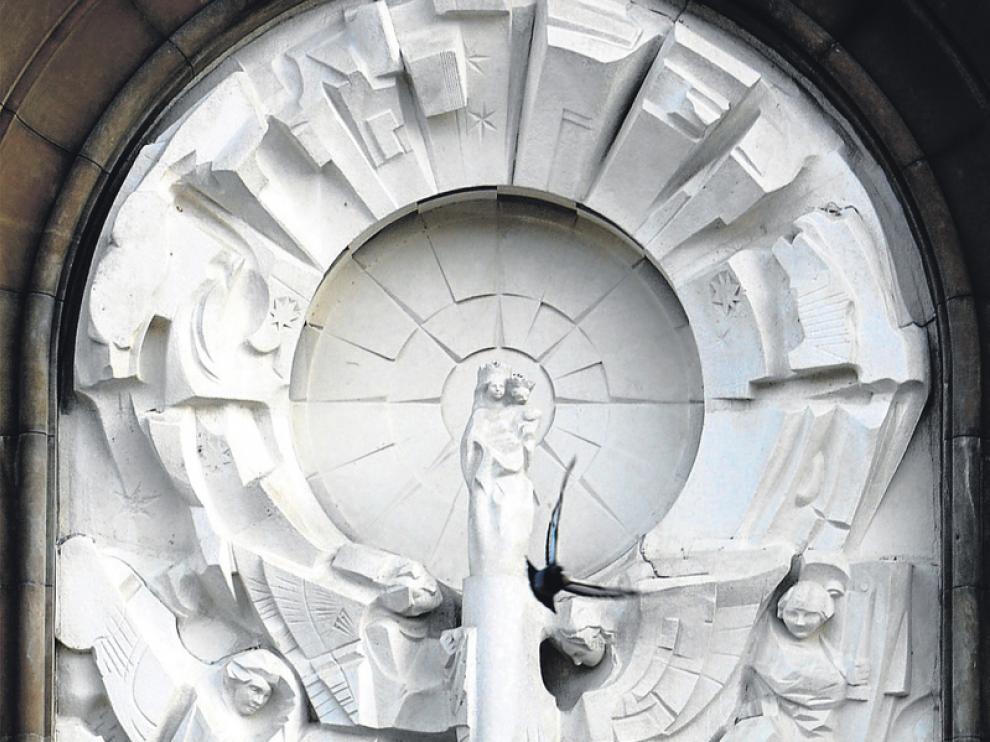 'Venida de la Virgen', relieve de Pablo Serrano en la fachada principal del Pilar