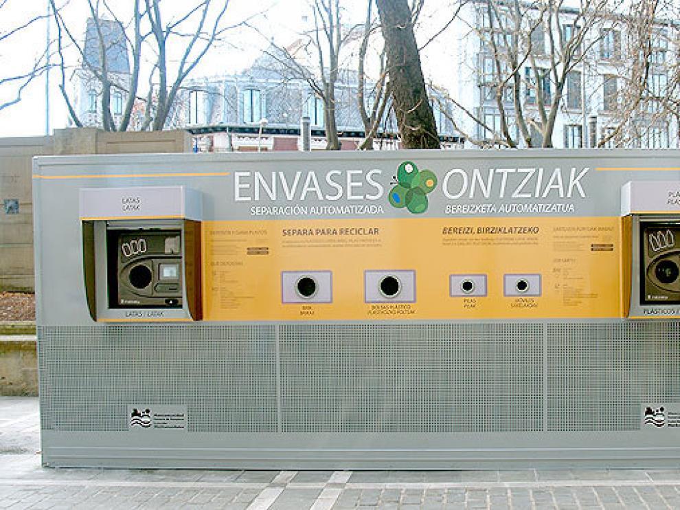 Una de las máquinas de devolución de residuos instaladas en Pamplona