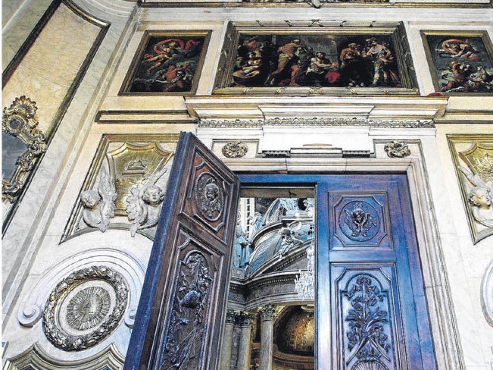 Las puertas, talladas en nogal, uno de los elementos más significativos de la sacristía de la Virgen