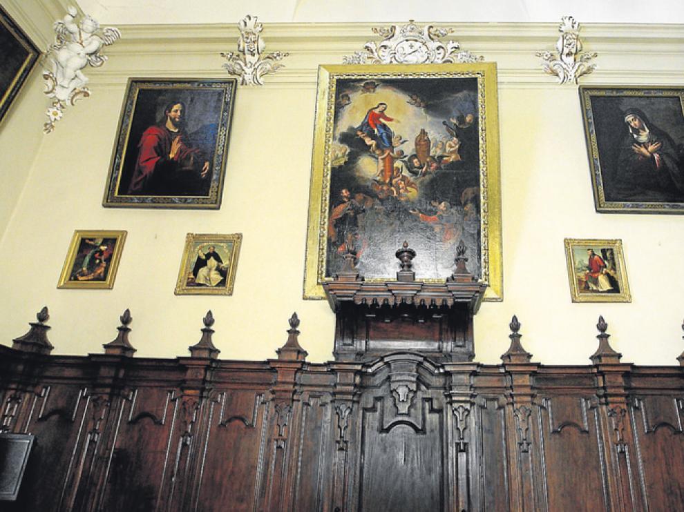 Un cuadro que representa la Venida de la Virgen preside la sala. Junto a ella, una Dolorosa y el Señor bendiciendo