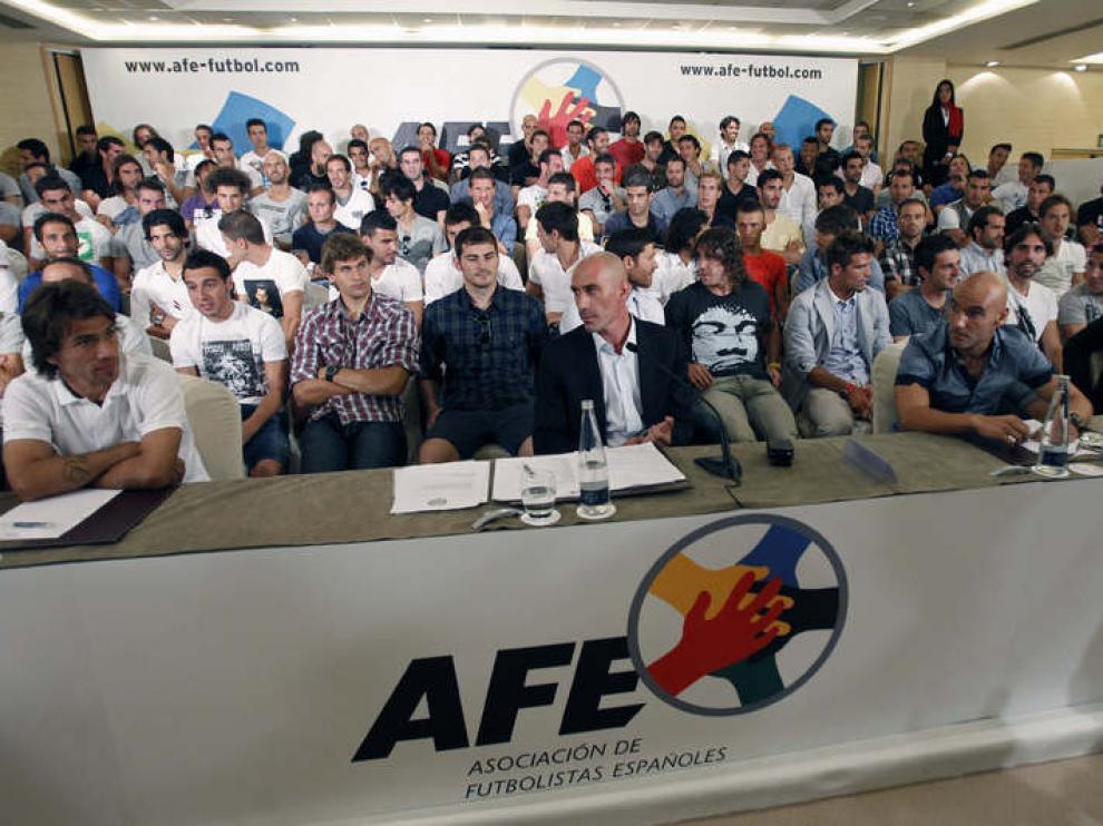 El presidente de la AFE, Luis Rubiales (c), en presencia de más de un centenar de jugadores