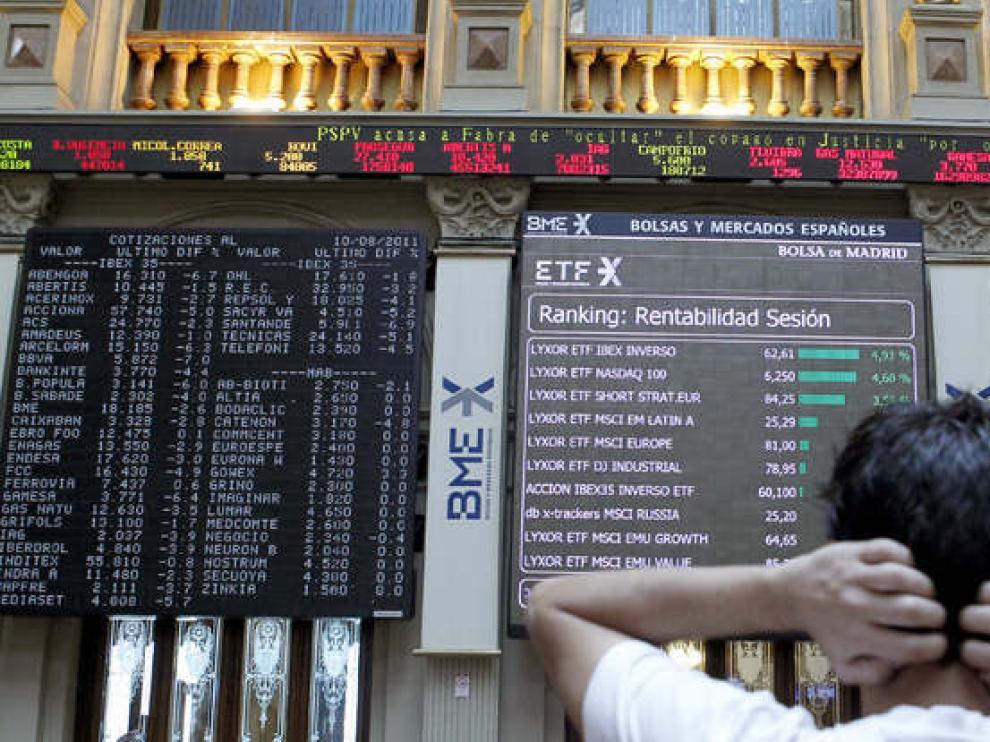 Un agente bursátil observa la evolución de las cotizaciones de la Bolsa de Madrid.