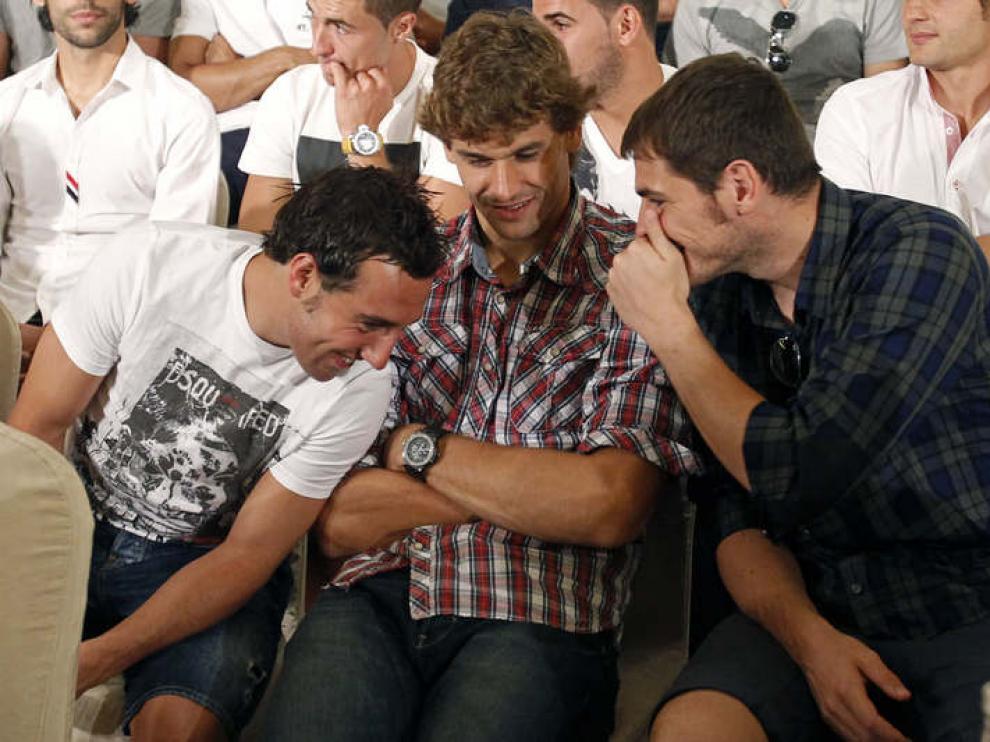 Iker Casillas habla con Santi Cazorla y Fernando Llorente durante la rueda de prensa de la AFE