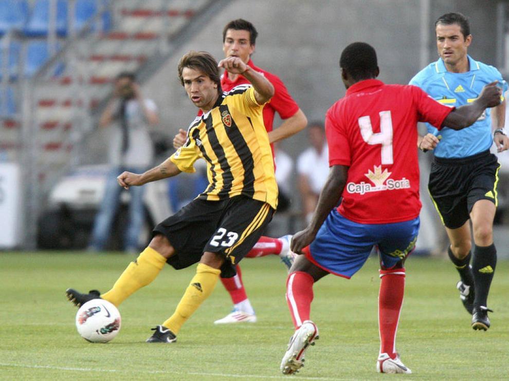 Leo Ponzio conduce el balón durante el encuentro