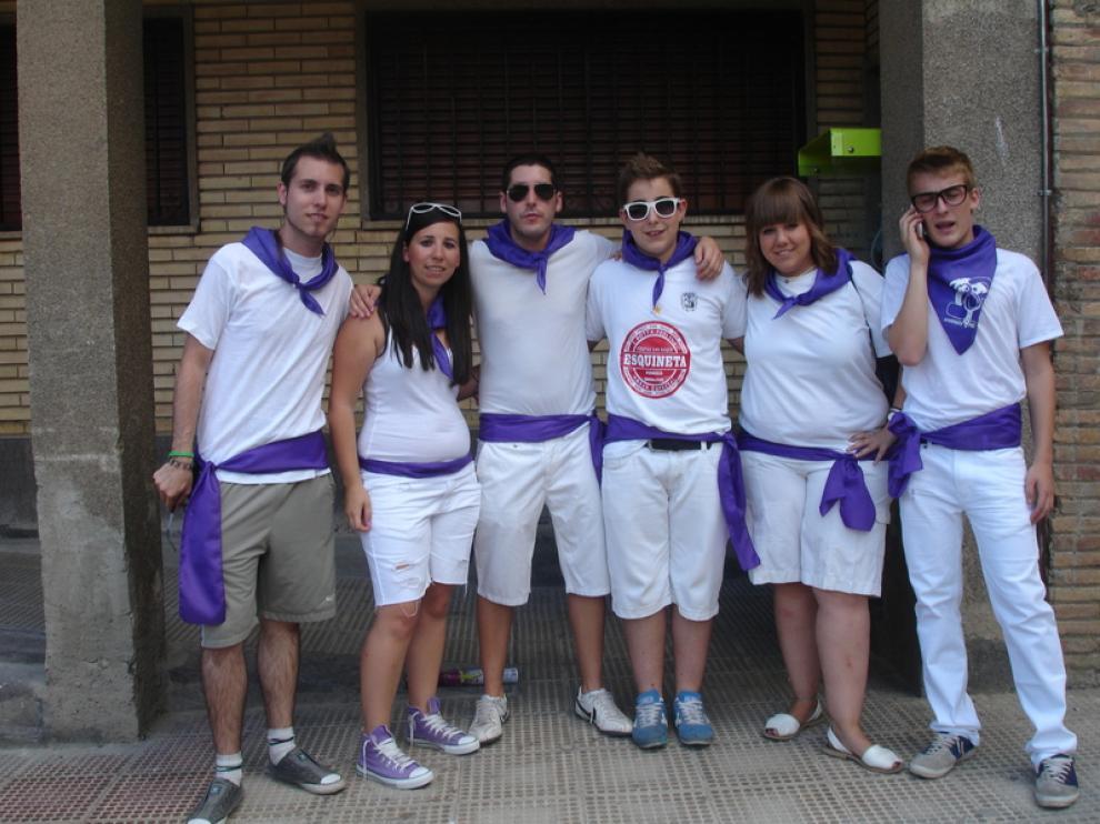 Un grupo de peñistas, con sus pañoletas y fajines morados.