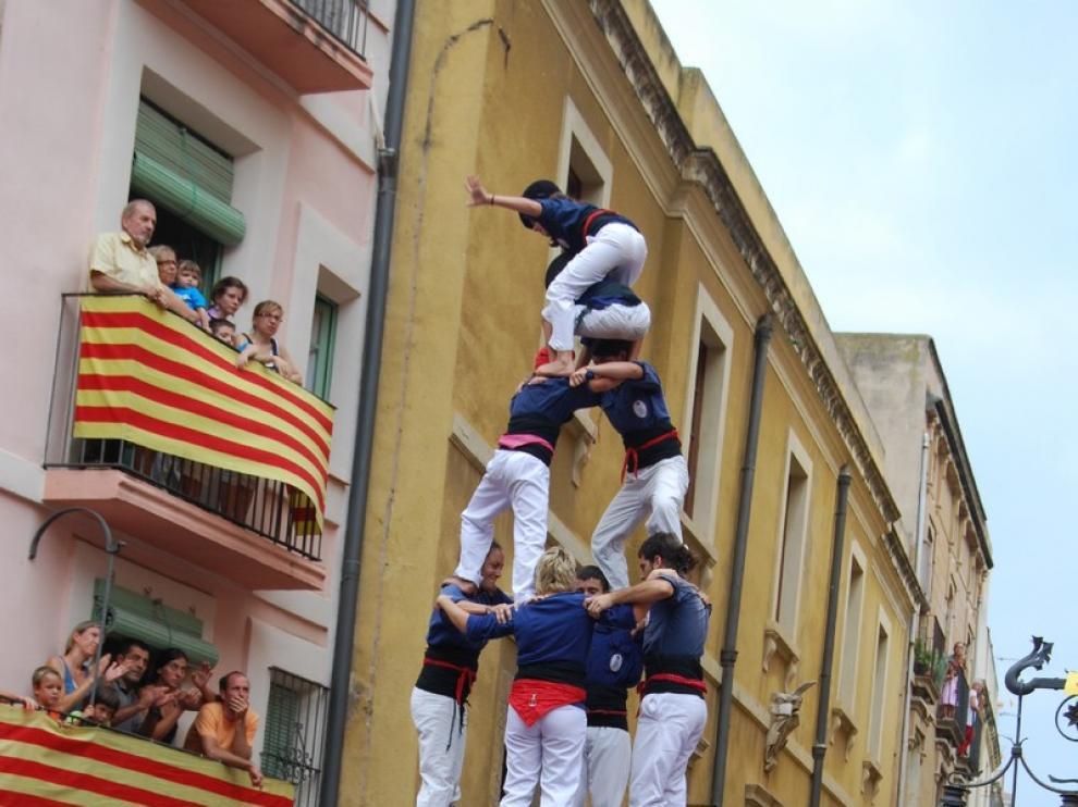 Las collas castelleras llegan caminando hasta el ayuntamiento de Tarragona