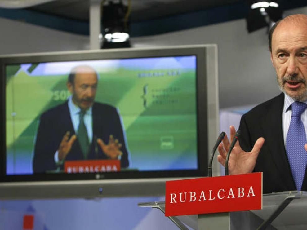 Rubalcaba durante una rueda de prensa en la sede de su partido
