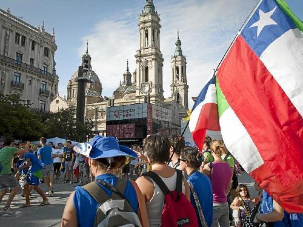 Peregrinos en la plaza del Pilar de Zaragoza, días antes de acudir a Madrid para las JMJ.
