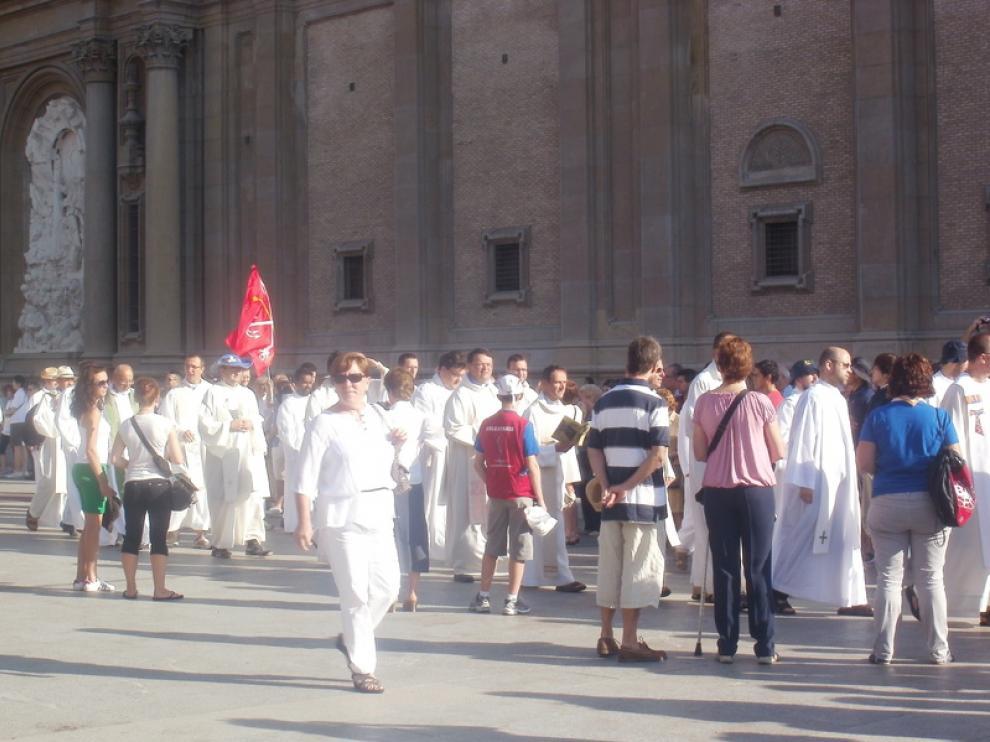 Desfile de religiosos y monaguillos hasta el escenario