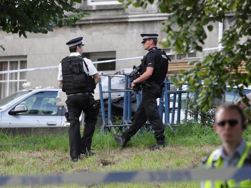 La policía mantiene acordonada la zona donde se produjeron las muertes