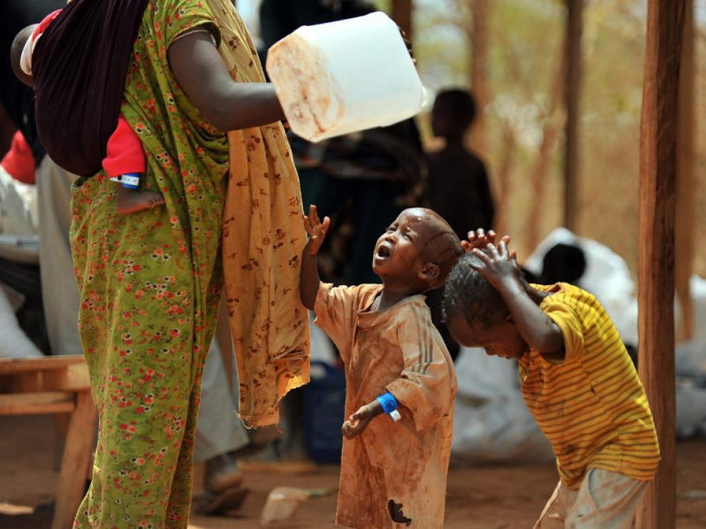 Una refugiada somalí lavando a sus hijos