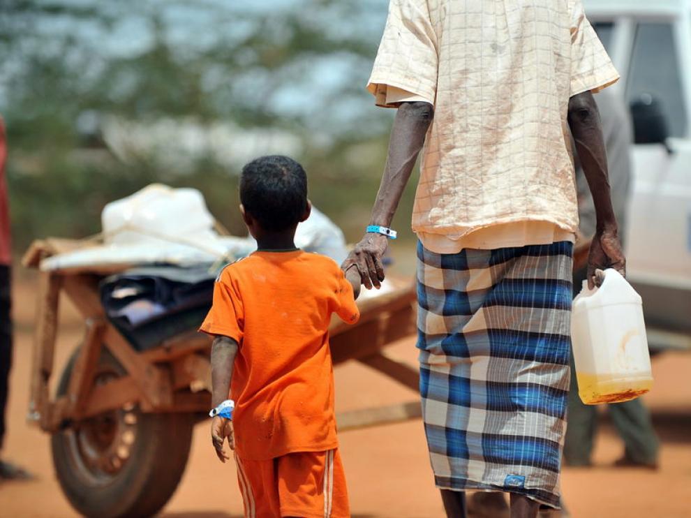Un refugiado somalí con su hijo
