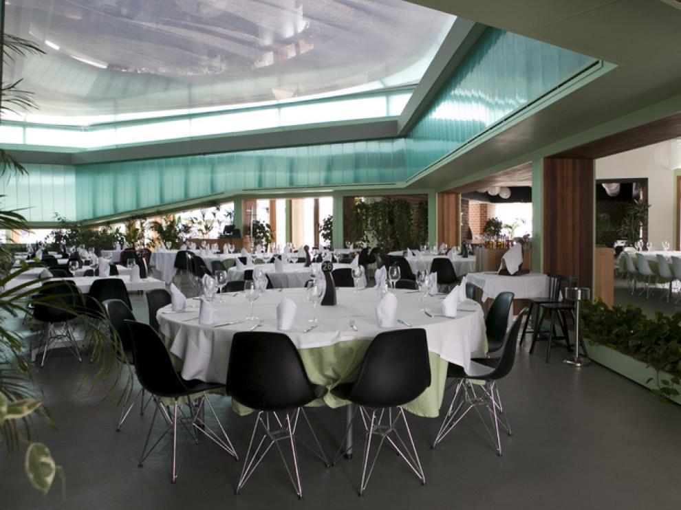 Mobiliario moderno, lámparas de papel y materiales ligeros forman el espacio de Lolita.