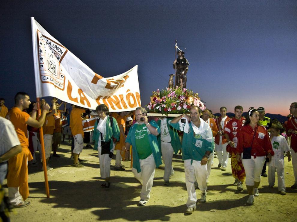 Los cofrades de San Roque subieron a su patrón a la ermita en la madrugada de ayer.