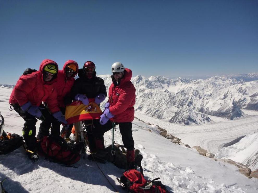 Los miembros de la expedición desplegaron la bandera de España en la cima del Khan Tengri.