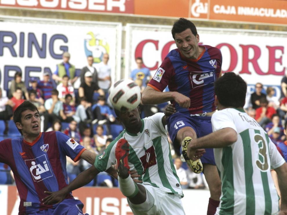 Sorribas pugna con dos contrarios en un partido del año pasado en El Alcoraz.
