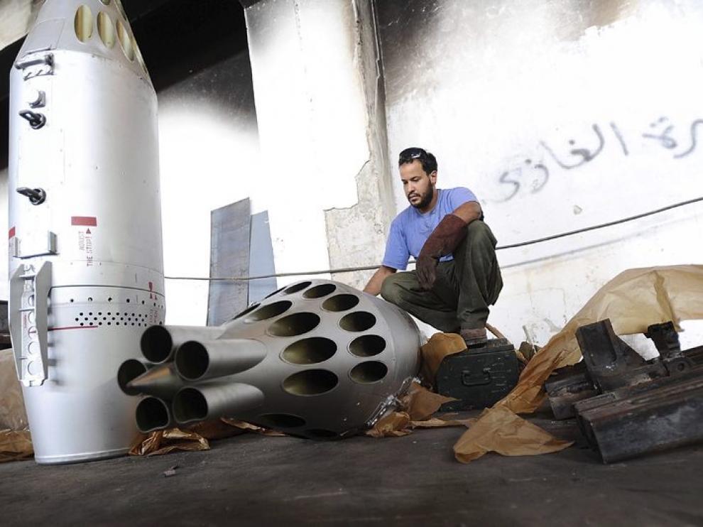Un rebelde libio prepara un lanzamisiles en Bengasi.