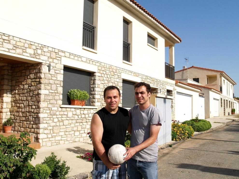 El alcalde pedanéo de Curbe, Enrique Palacín, junto a Sampériz, con un balón de voley delante de las VPO.