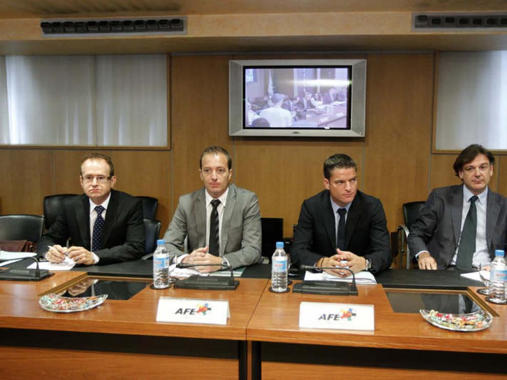 El gerente de la AFE, Luis Gil (segundo por la derecha), y otros representantes del sindicato durante la reunión con la Liga de Fútbol Profesional (LFP)