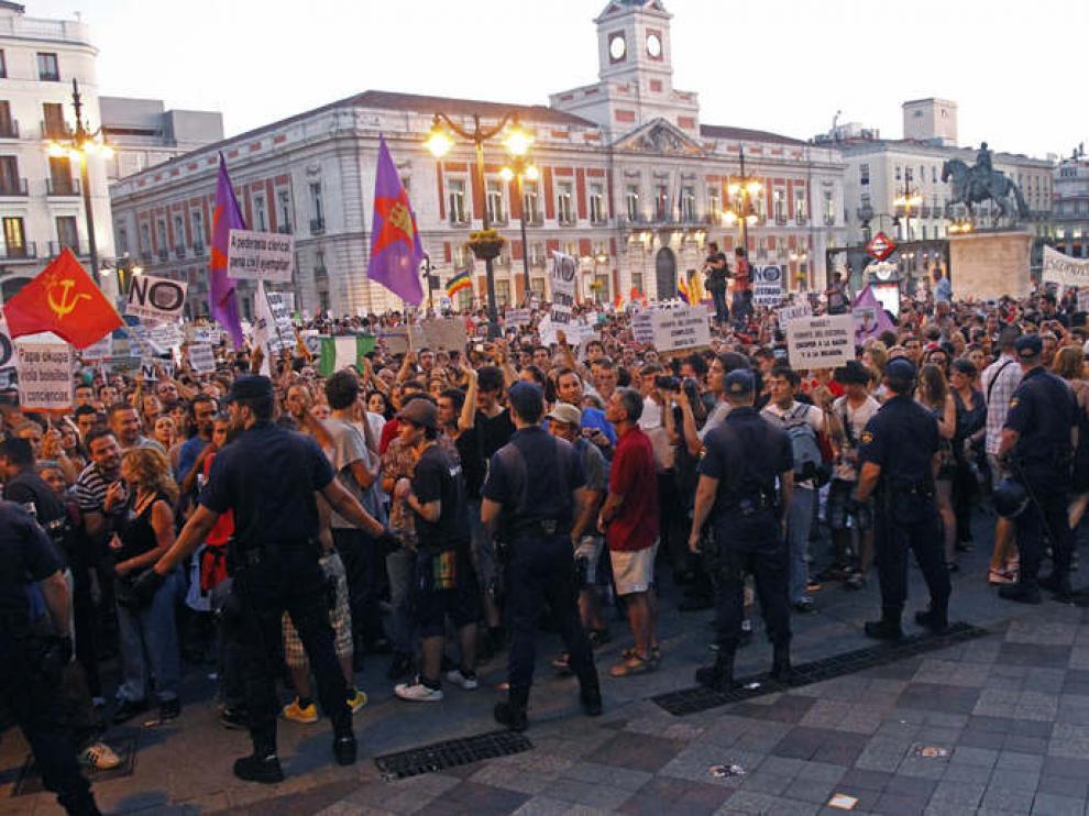 La Policía contiene a los manifestantes convocados por la organización Europa Laica
