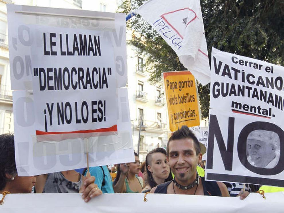 Varias personas durante la marcha laica en Madrid