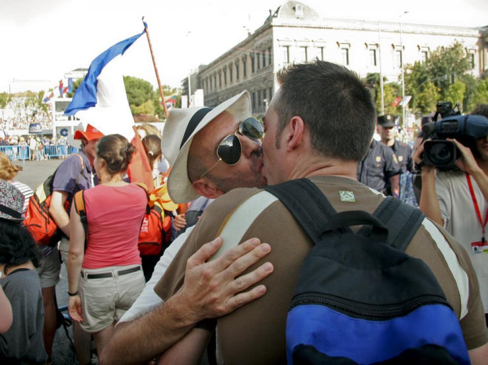 Dos jóvenes se besan durante la 'besada' organizada contra la JMJ