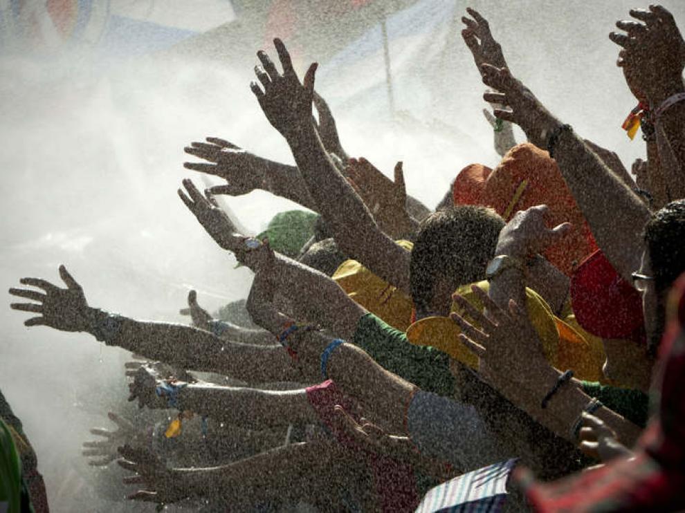 Gran número de personas que esperan en la plaza de Cibeles, la llegada del papa Benedicto XVI, son refrescadas para sofocar las altas temperaturas que se registran hoy en la capital.