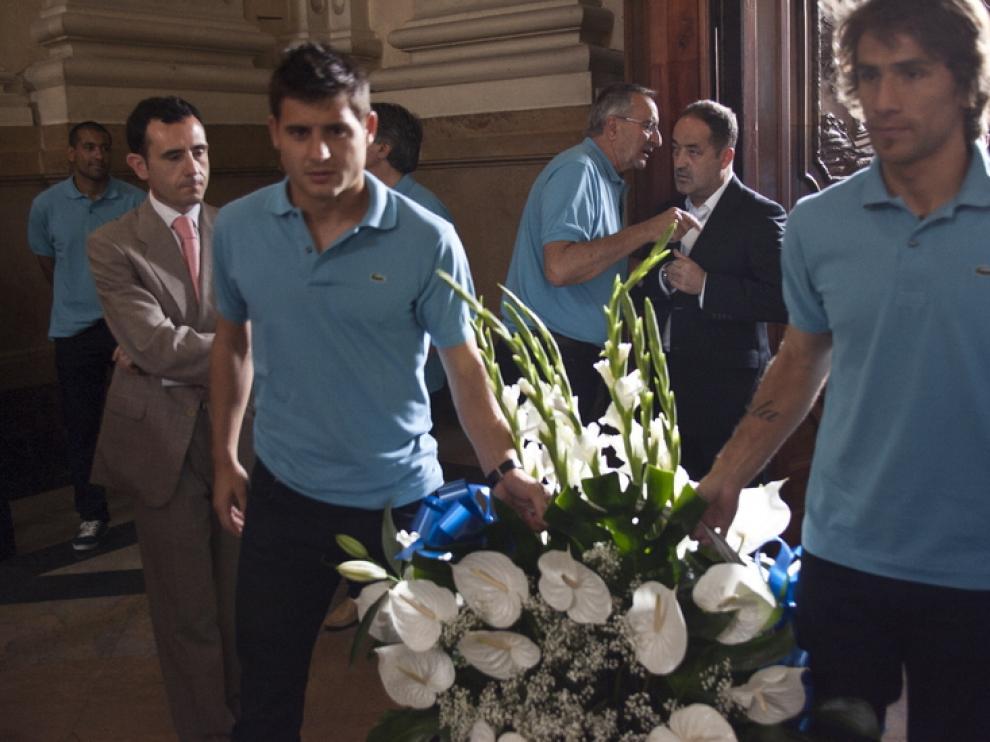 Ponzio y Paredes portan el centro ofrecido a la Virgen