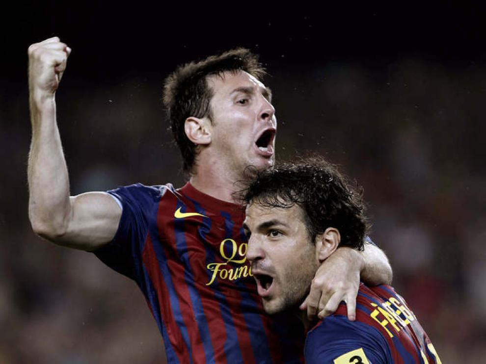 El centrocampista del FC Barcelona Cesc Fábregas (d) felicita al argentino Leo Messi tras marcar el tercer gol ante el Real Madrid