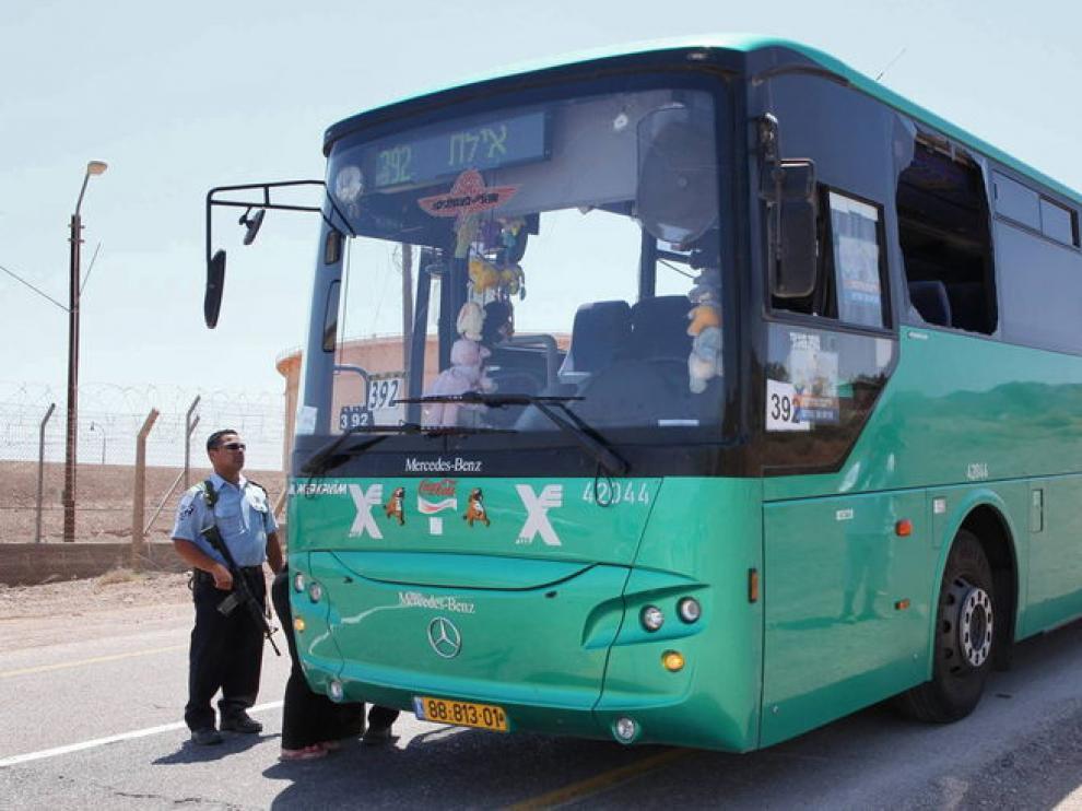 La Policía israelí custodia el autobús atacado