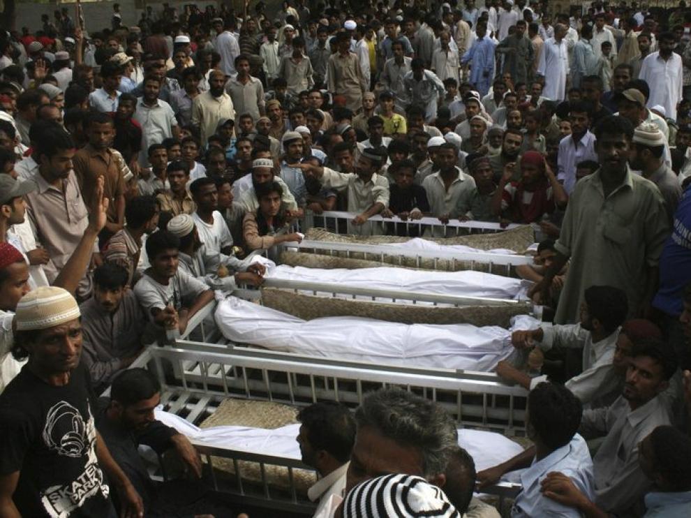 Familiares acuden al funeral por los fallecidos en Karachi este miércoles