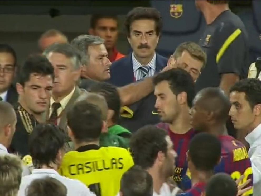 Momento en el que Mourinho mete el dedo en el ojo al ayudante de Guardiola