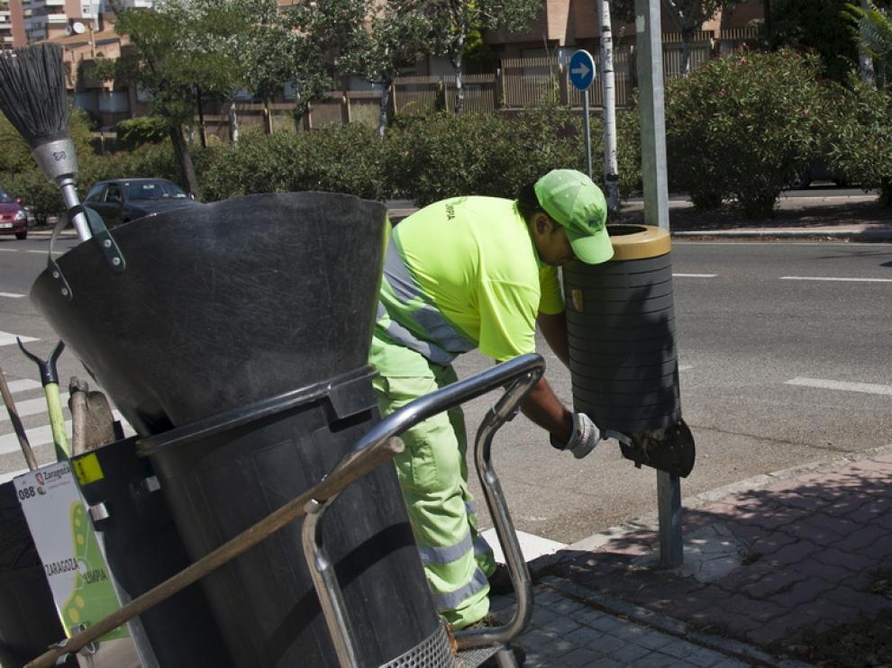 Un barrendero, trabajando este viernes en las inmediaciones del Parque Grande José Antonio Labordeta