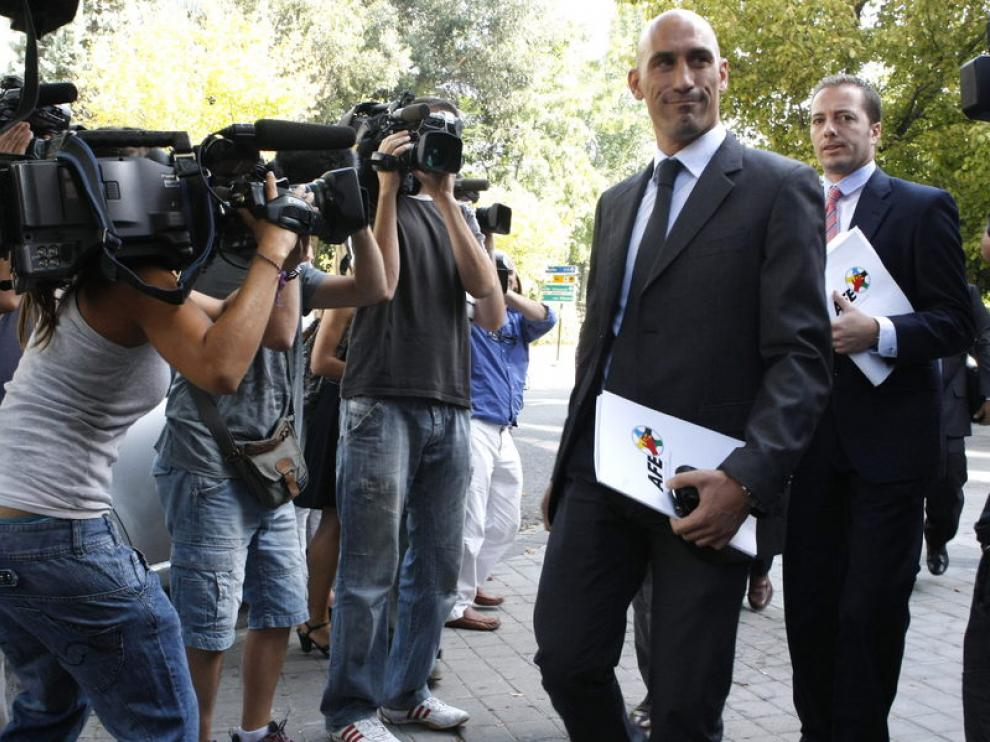 Rubiales encabeza al grupo de negociadores de la AFE a su entrada en la sede de la LFP ayer.